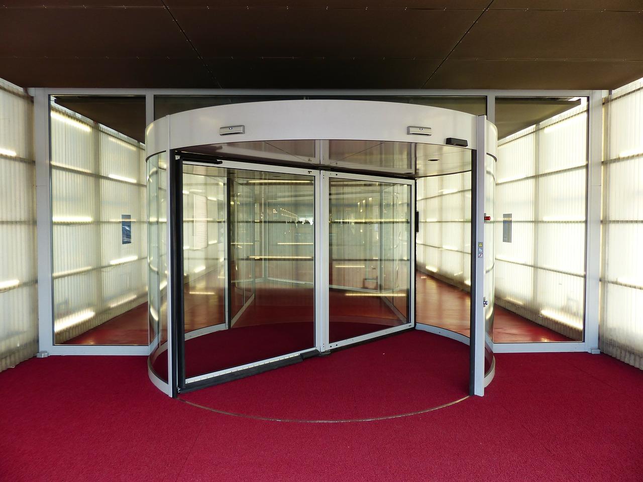 Warum sind Karussell-Drehtüren in Eingangsbereichen von Gebäuden so beliebt?